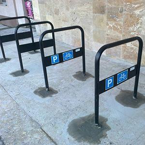 Біля львівського університету банківської справи встановили велопарковку