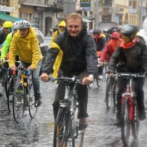Мер Львова приєднався до веломарафону під дощем